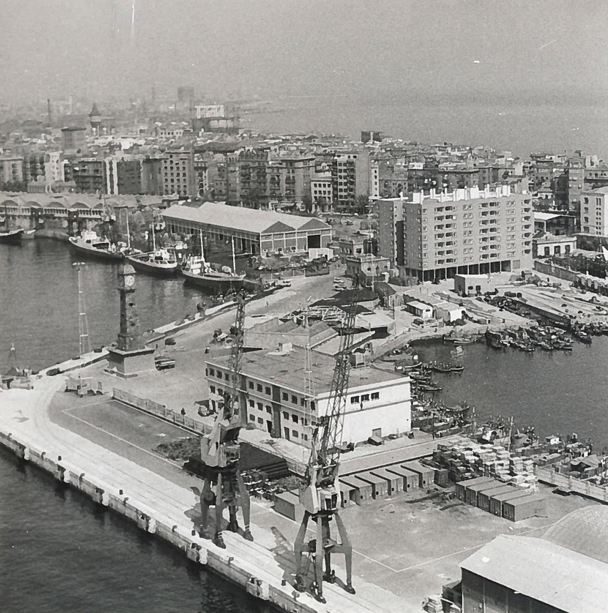 Parte del puerto de Barcelona con la ciudad al fondo en la década de 1960 / Autoridad Portuaria de Barcelona
