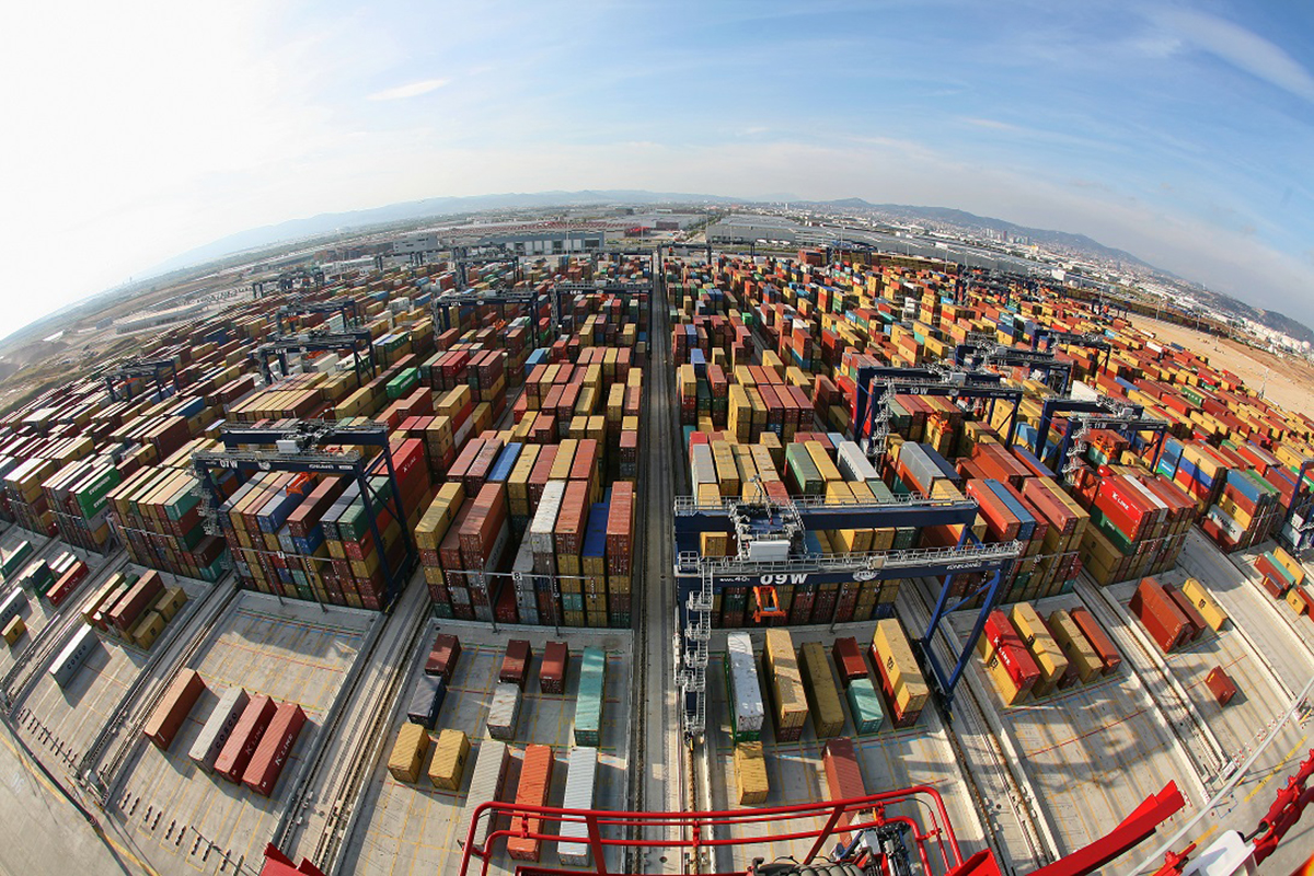 Explanada de contenedores de la terminal BEST / Hutchison Ports