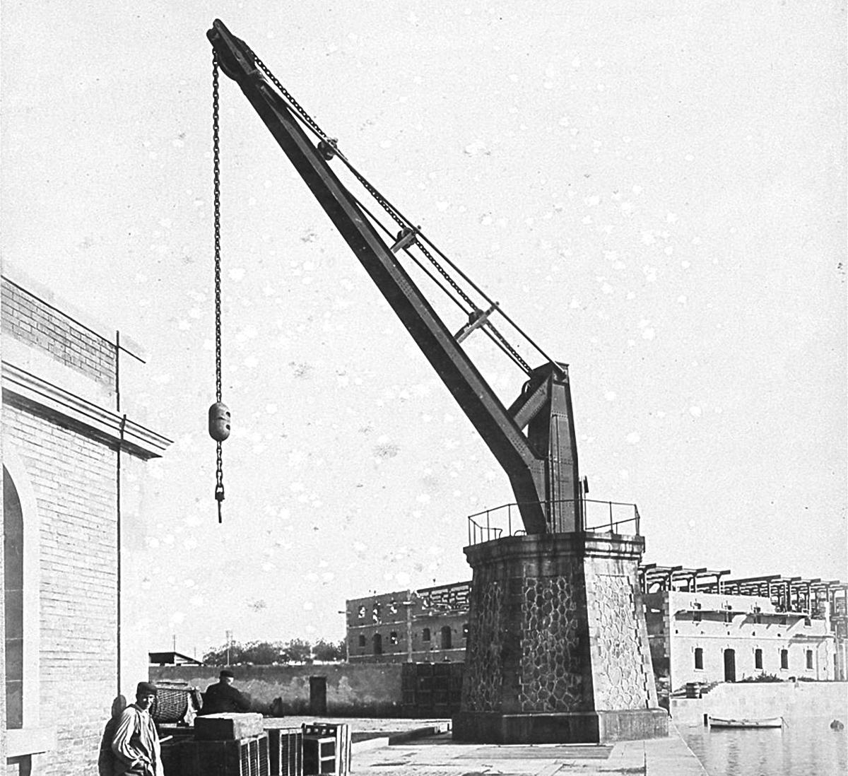 Grúa hidráulica de 25 toneladas en el puerto de Barcelona / Alabern. Fotografia de Catalunya (Autor: Pau Audouard)