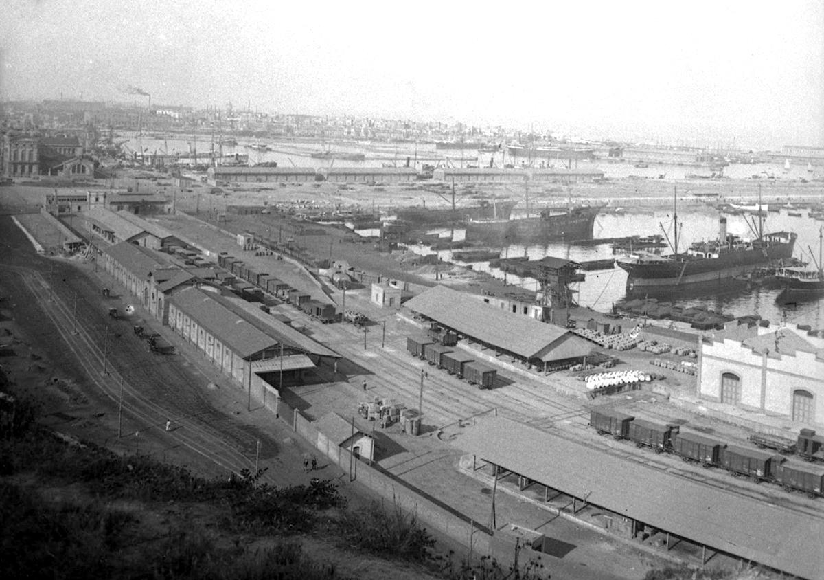 Vista general del port a ple rendiment a mitjans del segle XX / Arxiu Autoritat Portuària de Barcelona (Autor: Desconegut)