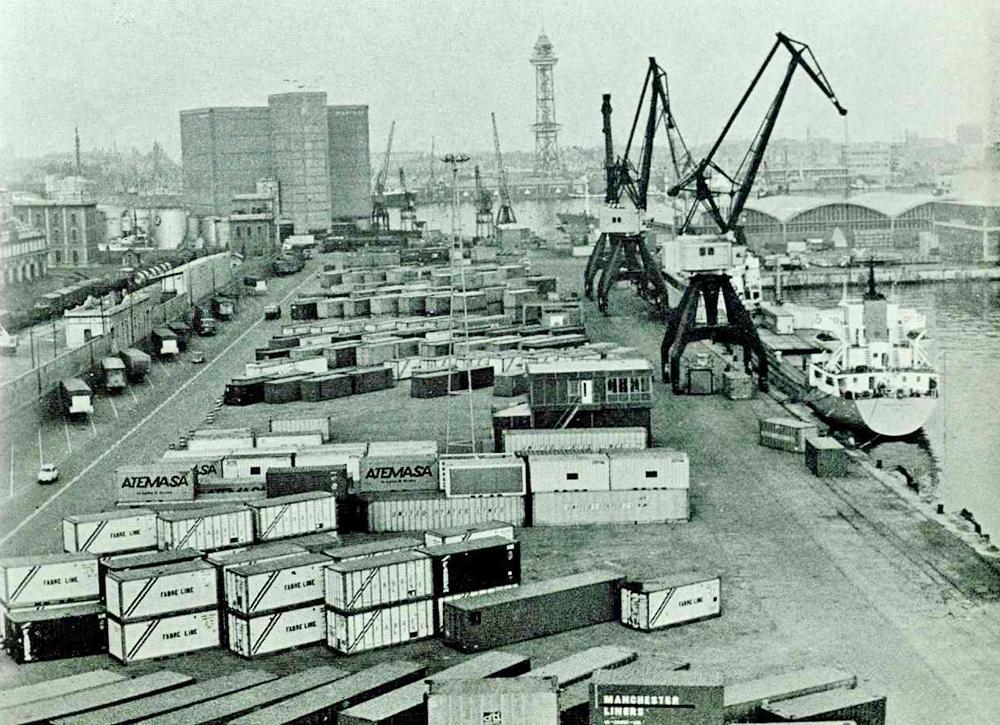 Vista aèria del port de Barcelona, 2002 / Arxiu Autoritat Portuària de Barcelona (Autor: Desconegut)