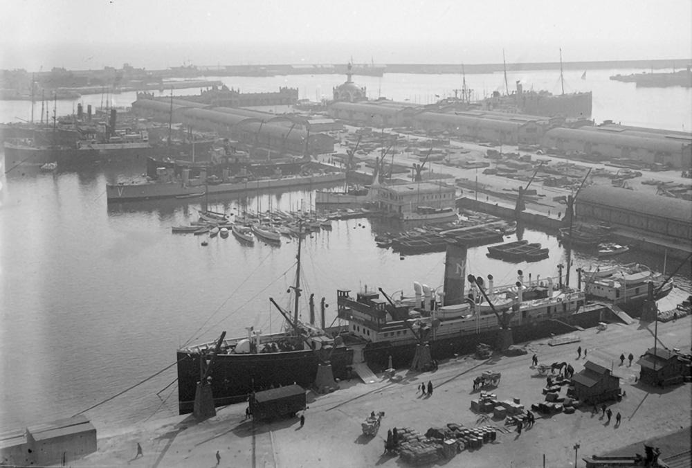 Vista del moll de Barcelona i la dàrsena de Sant Bertran amb l'estació marítima i el Reial Club Nàutic/ Arxiu Fotogràfic de Barcelona (Autor: Esteve Puig Pascual)