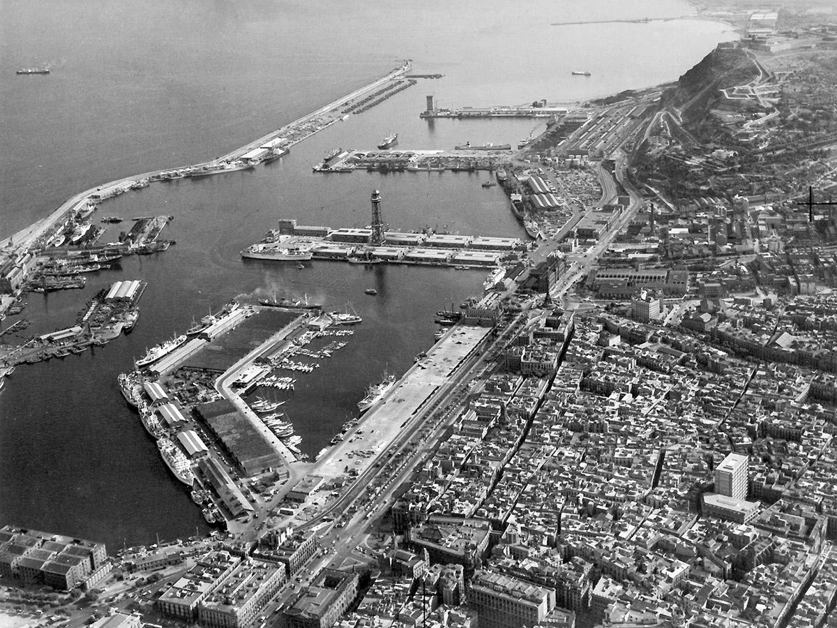 Terminals del port de Barcelona abans de l'arribada dels primers contenidors a les seves instal·lacions / Arxiu Autoritat Portuària de Barcelona (Autor: Desconegut)
