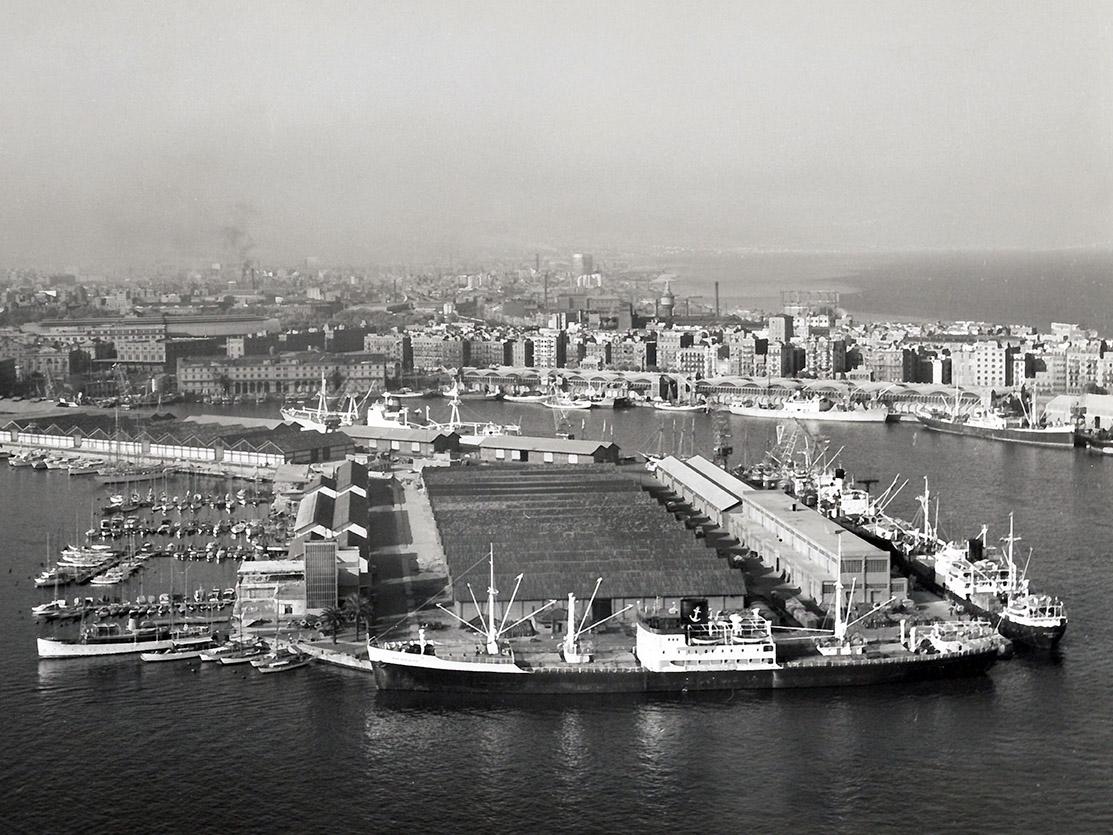 Vista aèria del moll Príncep d'Espanya anterior a la seva especialització en contenidors / Arxiu Autoritat Portuària de Barcelona (Autor: Desconegut)