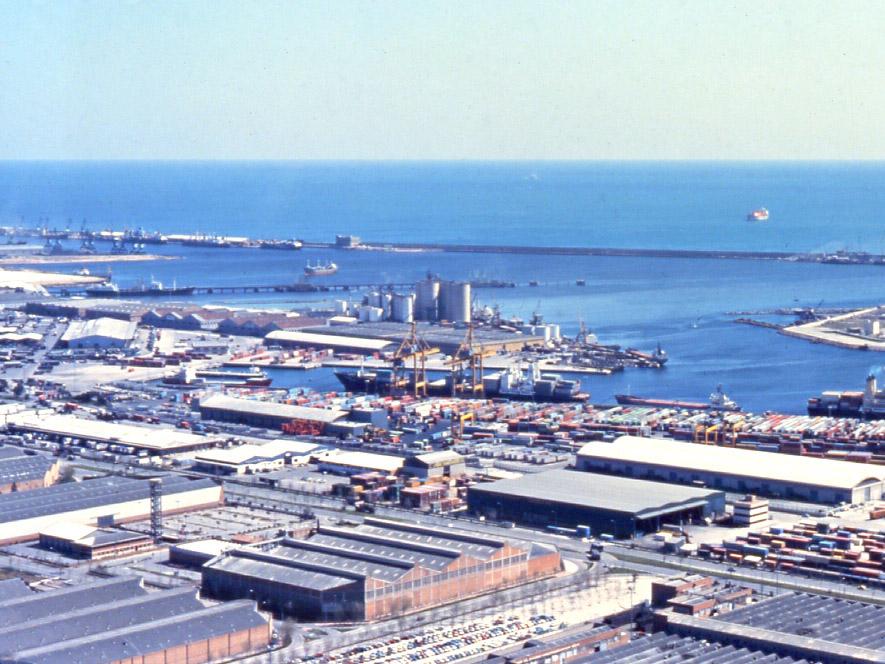 Instalaciones de la Terminal de Contenedores de Barcelona poco después de su creación / Archivo Autoridad Portuaria de Barcelona (Autor: Lluís Castellà)