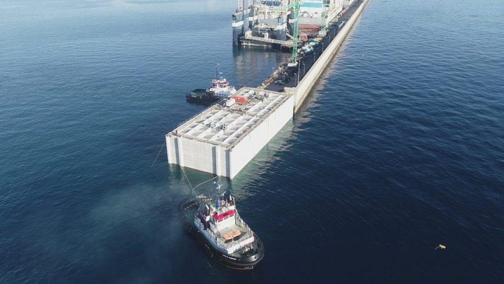 Colocan el primer cajón de siete para la prolongación del dique Reina Sofía Sur, en Las Palmas de Gran Canaria
