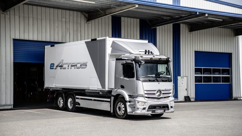 Mercedes-Benz Trucks se abre paso en las energías alternativas con su primer camión eléctrico 21C0349_036-scaled-e1625048110272-988x556