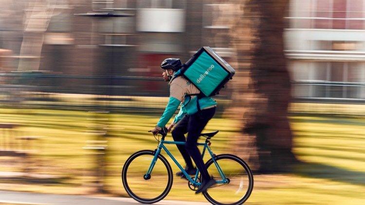"""Una nueva sentencia define como """"laboral"""" la relación entre los 'riders' y Deliveroo"""